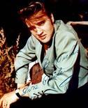 Imagen de una fotografía autografiada de una publicidad de Elvis Presley. 17 agosto, 2002. Dos aviones privados de Elvis Presley, uno de ellos equipado con un lavamanos de oro y un lujoso dormitorio, se venderán en una subasta a sobre cerrado, según dijo el viernes la casa Julien's Auctions. Reuters