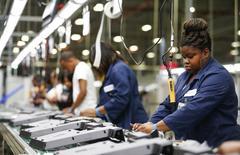 Un empleado trabaja en una fábrica de Element Electronics en Winnsboro. Imagen de archivo, 29 mayo, 2014. El sector manufacturero de Estados Unidos se moderó en diciembre a su menor ritmo de crecimiento desde enero pasado, al tiempo que una lectura de la percepción del empleo bajó, indicó el viernes un reporte. REUTERS/Chris Keane