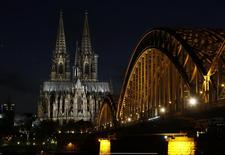 Imagen de la catedral de Colonia junto al puente Hohenzollern en Colonia. Imagen de archivo, 29 marzo, 2014.  Uno de los edificios más famosos de Alemania, la catedral de Colonia, quedará a oscuras en la noche del lunes en protesta contra una marcha de un creciente movimiento antimusulmán a través de la ciudad, dijeron autoridades. REUTERS/Ina Fassbender