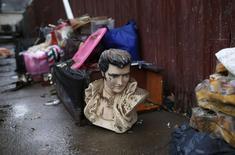 Busto de Elvis Presley  é deixado na calçada com destroços resultantes da passagem do furacão Sandy no bairro de Midland Beach, em Staten Island, na cidade de Nova York. 13/11/2012 REUTERS/Mike Segar
