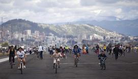 Equatorianos andam de bicicleta no Aeroporto Internacional Mariscal Sucre, em Tababela, nos arredores de Quito, no Equador, em maio de 2013. 19/05/2013 REUTERS/Guillermo Granja
