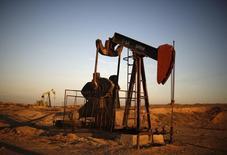 Extractoras de petróleo vistas durante el atardecer cerca de Bakersfield, California. Imagen de archivo, 14 octubre, 2014. Los futuros del crudo en Estados Unidos continuaron el lunes con su derrumbe y cayeron por debajo de los 50 dólares por barril por primera vez desde abril del 2009, en medio de los temores de un sobreabastecimiento global. REUTERS/Lucy Nicholson