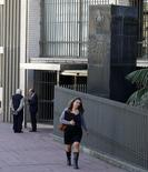 El edificio del Banco Central de Uruguay en el distrito financiero de Montevideo, ago 20 2014. Los precios minoristas uruguayos subieron un 8,26 por ciento en 2014, superando por cuarto año consecutivo la meta de inflación, pero estuvieron en línea con las previsiones del mercado, informó el lunes el Gobierno.   REUTERS/Andres Stapff