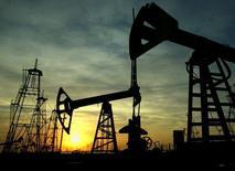 Les cours du pétrole continuaient de reculer mardi, tombant à de nouveaux plus bas de cinq ans et demi à la suite d'informations suggérant que l'offre continue d'augmenter alors que la demande reste atone. Le brut léger américain WTI affichait vers 08h15 GMT un recul de 1,2% à 49,44 dollars tandis que le Brent est tombé à un nouveau plus bas depuis mai 2009 à 52,28 dollars le baril, avant de se redresser légèrement à 52,46 dollars (-1,22%). /Photo d'archives/REUTERS/David Mdzinarishvili