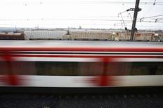 Un tren suburbano pasa en un vecindario de Ciudad de México. Imagen de archivo, 7 noviembre, 2014.  La empresa China Railway Construction Corp (CRCC) confirmó el martes que volverá a presentarse en el relanzamiento de una licitación para el proyecto de un tren de alta velocidad de 3.750 millones de dólares en México.  REUTERS/Edgard Garrido