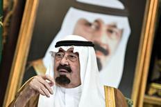 """El rey Abdullah de Arabia Saudita durante una reunión en el Palacio Real en Jeddah. Imagen de archivo, 11 septiembre, 2014. Abdullah dijo el martes que el mayor exportador de petróleo del mundo enfrentará """"con voluntad firme"""" el desafío que supone la caída de los precios del crudo, en un discurso leído en su nombre por el príncipe heredero Salman y transmitido por la televisión estatal. REUTERS/Brendan Smialowski/Pool"""