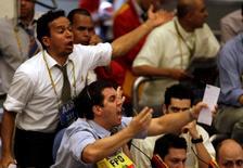 Operadores en la Bolsa de Valores de Sao Paulo, oct 16 2008. La bolsa de Brasil subía el martes apoyada en las ganancias de la minera Vale, tras un alza del precio del mineral de hierro, pero el avance era limitado por la caída de los títulos algunas empresas como los del procesador de carne JBS. REUTERS/Paulo Whitaker