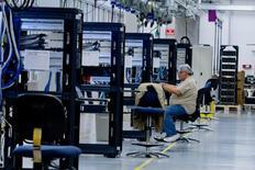 La croissance dans le secteur des services aux Etats-Unis a ralenti plus fortement que prévu en décembre après son accélération du mois précédent, selon l'enquête mensuelle de l'Institute for Supply Management (ISM). /Photo d'archives/REUTERS/Donna Carson