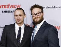 """Atores James Franco (esquerda) e Seth Rogen durante estreia do filme """"A Entrevista"""" em Los Angeles. 11/12/2014 REUTERS/Kevork Djansezian"""