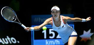 Agnieszka Radwanska of Poland plays a forehand shot to Heather Watson of Britain during their women's singles tennis match at the 2015 Hopman Cup in Perth, January 7, 2015. REUTERS/Stringer