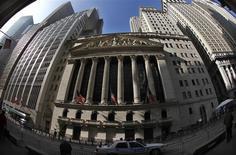 """La Bourse de New York a ouvert en hausse mercredi après cinq séances dans le rouge, réagissant positivement aux chiffres de l'enquête ADP sur l'emploi dans le secteur privé dans l'attente des """"minutes"""" de la Réserve fédérale américaine. Dans les premiers échanges, le Dow Jones gagnait 0,83%, le S&P-500 progressait de 0,86% et le Nasdaq prenait 0,84%. /Photo d'archives/REUTERS/Mike Segar"""