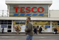Tesco, le numéro un britannique de la grande distribution, a l'intention de réduire ses coûts de plusieurs centaines de millions de livres et de vendre des actifs pour financer une politique de baisse de prix et tenter de se relever de la plus grave crise de son histoire. /Photo prise le 5 janvier 2015/REUTERS/Luke MacGregor