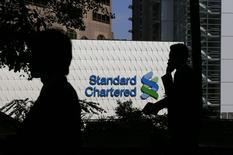 La banque Standard Chartered prévoit de supprimer 4.000 emplois dans la banque de détail d'ici la fin de l'année et la fermeture de l'essentiel de ses activités sur les marchés actions. /Photo prise le 8 janvier 2015/REUTERS/Bobby Yip