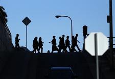 Personas caminan hacia sus lugares de trabajo en el centro de Los Angeles, California. Imagen de archivo, 13 mayo, 2014.  El número de estadounidenses que presentaron nuevas solicitudes de subsidios estatales por desempleo bajó la semana pasada, lo que se suma a otras señales de fortalecimiento del mercado laboral. REUTERS/Mike Blake
