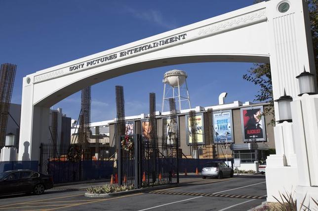 1月8日、ソニー・ピクチャーズエンタテインメントのリントンCEOは、サイバー攻撃による損害は保険により全額カバーされ、追加のコスト削減措置を行う考えはないと述べた。カリフォルニア州カルバーシティーの同社スタジオで昨年12月撮影(2015年 ロイター/MARIO ANZUONI)