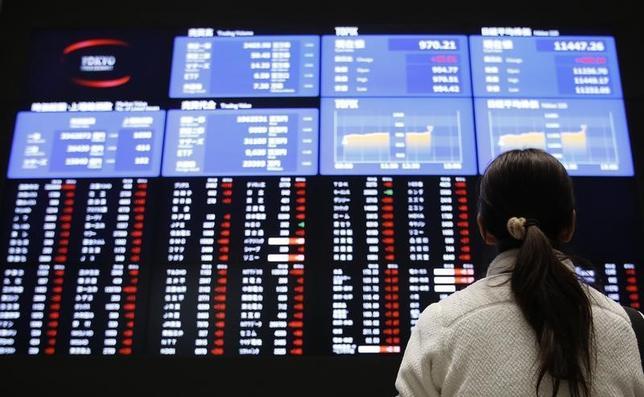 1月9日、2014年の日本株式市場で、年金資金のフローを表すとされる信託銀行の買い越し額が年間で2兆円を超え、最大の買い手となった。安倍晋三政権下で国内年金による日本株比率の引き上げが進むなか、信託銀行を通じた資金流入が強まった。写真は、東証の株価ボード、2013年撮影(2015年 ロイター/Toru Hanai)