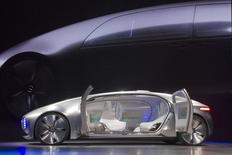Vehicule concept de Mercedes-Benz. Les voitures sans conducteur entièrement automatisées pourraient représenter 10% des ventes de voitures en 2035, soit 12 millions de véhicules vendus chaque année, estime le Boston Consulting Group (BCG). /Photo prise le 5 janvier 2015/REUTERS/Steve Marcus
