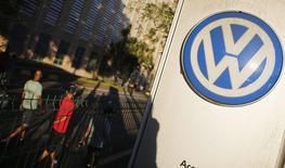 Volkswagen, qui compte parmi ses différentes marques Audi et Porsche, a accru ses livraisons de 4,2% sur l'ensemble de l'année 2014, à 10,14 millions d'unités. Le groupe atteint ainsi son objectif de 10 millions de véhicules vendus avec quatre ans d'avance. /Photo prise le 8 janvier 2015/REUTERS/Nacho Doce
