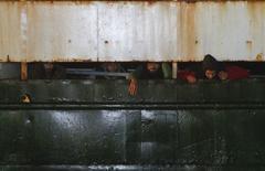 Мигранты на борту судна Ezadeen, прибывающего в Корильяно-Калабро, Италия 3 января 2015 года. Премьер-министр Венгрии Виктор Орбан сказал, что иммиграция в Европу должна быть в значительной мере остановлена и потребовал жесткого ответа Евросоюза на вспышку насилия во Франции на прошлой неделе. REUTERS/Antonino Condorelli