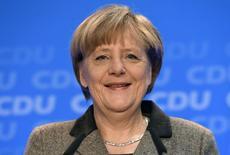 En la imagen, la canciller alemana Angela Merkel sonríe durante una conferencia de prensa en una reunión de su partido CDU en Hamburgo, el 10 de enero de 2015.  Alemania equilibró su presupuesto federal por primera vez en casi medio siglo gracias a una sólida recaudación fiscal y a unas tasas de interés en mínimos históricos, dijo el martes el Ministerio de Finanzas. REUTERS/Fabian Bimmer