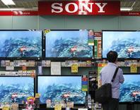 Le patron de Sony Corp serait désormais disposé à céder les activités déficitaires dans les téléviseurs et les téléphones mobiles ou à nouer des alliances dans le cadre de son plan de relance du géant japonais de l'électronique. /Photo d'archives/REUTERS/Kim Kyung-Hoon