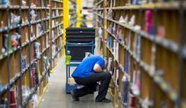 Amazon.com dit avoir créé 6.000 nouveaux emplois permanents en Europe en 2014 pour répondre à la forte hausse de la demande. Le groupe américain de commerce électronique emploie désormais 32.000 salariés permanents dans l'Union européenne. /Photo prise le 11 novembre 2014/REUTERS/Hannibal