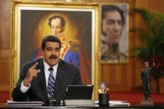 El presidente de Venezuela, Nicolás Maduro, durante una conferencia de prensa en Palacio Miraflores, en Caracas. Imagen de archivo, 30 diciembre, 2014. Tenedores de bonos soberanos de Venezuela recibieron el primer pago previsto para el 2015 por el servicio de deuda, dijeron tres operadores, en medio de crecientes preocupaciones de que el país incumpla sus compromisos ante el desplome de los precios del crudo, su principal fuente de divisas. REUTERS/Carlos Garcia Rawlins