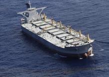 Algunos de los mayores operadores del mercado de petróleo han reservado en los últimos días superpetroleros para almacenar al menos 25 millones de barriles en el mar, buscando sacar provecho de un desplome de los precios del crudo y obtener una ganancia más adelante. En la imagen, un superpetrolero en aguas del Golfo de México, el 4 de julio de 2010. REUTERS/ Lyle W. Ratliff
