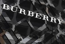 Le groupe de luxe britannique Burberry avertit mercredi qu'une baisse des ventes à Hong Kong, l'un de ses principaux marchés, en fin d'année 2014 pourrait affecter ses marges bénéficiaires sur l'ensemble de l'exercice. /Photo d'archives/REUTERS/Bobby Yip