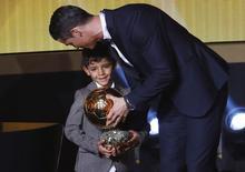Jogador Cristiano Ronaldo com o filho, Cristiano Ronaldo Jr.  12/1/2015 REUTERS/Arnd Wiegmann