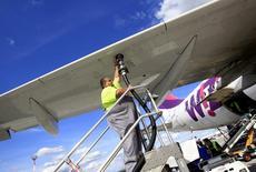Empregado de aeroporto abastece avião da Wizz Air no aeroporto de Budapeste, em 10 de julho de 2014. REUTERS/Bernadett Szabo (HUNGARY - Tags: BUSINESS TRANSPORT)
