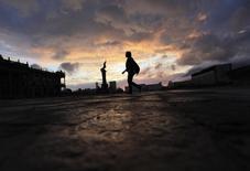 Una mujer camina en el centro de Monterrey. Imagen de archivo, 25 septiembre, 2014. La inversión de las empresas en México registró en octubre su mayor tasa de expansión en casi un año apoyada por compras de maquinaria, en un dato que inyecta optimismo a la incipiente recuperación económica local. REUTERS/Daniel Becerril