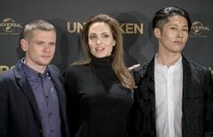"""Diretora Angelina Jolie (centro) ao lado dos atores Miyavi (direita) e Jack O'Connell durante evento de promoção do filme """"Invencível"""", em Berlim, na Alemanha, em novembro. 27/11/2014 REUTERS/Hannibal Hanschke"""