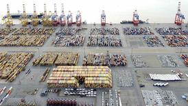 Port de Bremerhaven, dans le nord de l'Allemagne. L'excédent commercial de la zone euro a augmenté en novembre, grâce à une légère hausse des exportations et une baisse des importations, soutenues par un euro faible et des prix pétroliers bas qui ont atténué l'impact de la chute spectaculaire des ventes vers la Russie. /Photo d'archives/REUTERS/Fabian Bimmer
