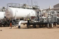 Vista general del campo petrolero El Sharara, Libia. Imagen de archivo, 3 diciembre, 2014.  El colapso de los precios del petróleo comienza a frenar el crecimiento de la producción estadounidense, dijo el jueves la OPEP, aunque la moderación no impedirá que también descienda la demanda por el crudo del grupo exportador en 2015, al mínimo en una década. REUTERS/Ismail Zitouny