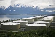 Нефтяные хранилища в терминале Трансаляскинского нефтепровода в Валдизе, Аляска. 8 августа 2008 года. Цены на нефть вернулись к снижению после роста с шестилетнего минимума в среду за счет намерения Ирака повысить экспорт нефти в феврале. REUTERS/Lucas Jackson