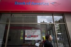 Женщина проходит мимо отделения Bank Of America в Нью-Йорке 21 августа 2014 года. Прибыль Bank of America Corp, второго крупнейшего банка США по активам, упала на 14 процентов в четвертом квартале, так как выручка от торговли активами с фиксированной доходностью и ипотечного кредитования снизилась REUTERS/Carlo Allegri