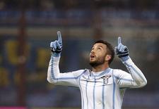 O brasileiro Felipe Anderson, da Lazio, comemora seu segundo gol contra a Inter de Milão em jogo pelo Campeonato Italiano, em Milão, em dezembro. 21/12/2014 REUTERS/Alessandro Garofalo