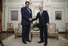O presidente da Venezuela, Nicolás Maduro (esquerda), se encontra com o presidente russo, Vladimir Putin, na residência oficial de Novo-Ogaryovo, nos arredores de Moscou, na Rússia, nesta quinta-feira. 15/01/2015 REUTERS/Pavel Golovkin/Pool