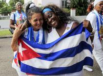 Dissidentes recém-libertadas Haydee Gallardo (esquerda) e Sonia Garro seguram a bandeira cubana durante marcha em Havana. 11/01/2015 REUTERS/Stringer