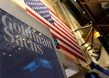 Cartel de Goldman Sachs sobre su sección en la Bolsa de Nueva York, 19 ene 2011. Goldman Sachs Group Inc reportó el viernes una caída del 7 por ciento en sus ganancias trimestrales debido a un descenso en los ingresos de su división de banca de inversión y a que una inesperada volatilidad del mercado en diciembre afectó la intermediación de bonos, divisas y materias primas. REUTERS/Brendan McDermid
