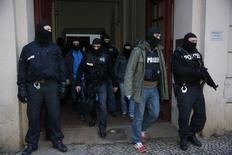 Unidades especiais da polícia alemã deixam um apartamento durante operações contra islâmicos suspeitos, num distrito de Berlim, na Alemanha, nesta sexta-feira. 16/01/2015 REUTERS/Fabrizio Bensch
