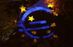 François Hollande a salué vendredi l'action de la Banque centrale européenne, qui aurait selon lui rempli ses objectifs. /Photo prise le 8 janvier 2015/REUTERS/Kai Pfaffenbach