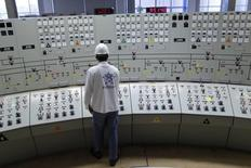 Técnico trabalha no centro de controle da hidroelétrica de Itumbiara . 9/01/2013. REUTERS/Ueslei Marcelino