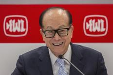 Hutchison Whampoa Chairman Li Ka-shing attends a news conference announcing the company's annual results in Hong Kong February 28, 2014.   REUTERS/Tyrone Siu