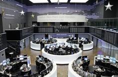 Помещение фондовой биржи во Франкфурте-на-Майне. 23 декабря 2014 года.  Европейские фондовые рынки поднялись до семилетнего максимума за счет ожиданий, что Европейский центробанк начнет скупку гособлигаций для поддержки экономики еврозоны. REUTERS/Remote/Pawel Kopczynski