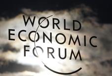 Logo do Fórum Econômico Mundial é visto na janela do centro de convenções de Davos, na Suíça. 25/01/2011. REUTERS/Christian Hartmann