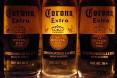 Botellas de cerveza Corona, de la mexicana Modelo, vistas en Ciudad de México. Imagen de archivo, 14 febrero, 2013. La cervecera mexicana Modelo, fabricante de la popular marca Corona, dijo el lunes que invertirá alrededor de 2,200 millones de pesos (unos 150 millones de dólares) en la construcción de una planta en el sureste de México, que incrementará su capacidad en más de un ocho por ciento. REUTERS/Edgard Garrido