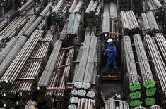 Les prix à la production en Allemagne ont reculé de 1,0% en moyenne en 2014, soit la baisse annuelle la plus marquée depuis 2009, lorsqu'elle avait été de 4,2%, selon l'Office fédéral de la statistique, qui impute ce recul à la chute des prix de l'énergie. /Photo d'archives/REUTERS/Michaela Rehle