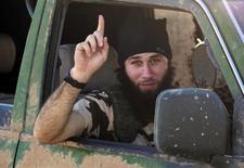 """Боевик """"Исламского государства"""" в сирийском городе Кобани 7 октября 2014 года. Боевики """"Исламского государства"""" во вторник опубликовали в сети видео с целью показать двух захваченных граждан Японии и угрожают убить их, если не получат выкуп в $200 миллионов. REUTERS/Stringer"""